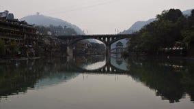 Due ponti attraversano Tuo River nella città antica di Fenghuang fotografia stock libera da diritti