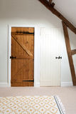 Due porte di legno in un sottotetto Fotografie Stock