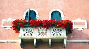 Due porte e terrazzi con i fiori rossi immagini stock libere da diritti