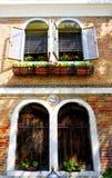 Due porte e una casa di due finestre immagine stock
