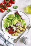 Due porzioni di insalata di verdure con il pollo Vista superiore Fotografia Stock