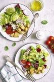 Due porzioni di insalata di verdure con il pollo Vista superiore Fotografie Stock