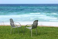 Due presidenze di spiaggia con la vista di oceano immagini stock libere da diritti