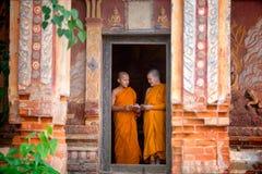 Due principianti stanno stando insieme i libri di lettura nel tempio T fotografia stock libera da diritti