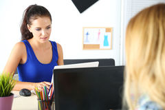 Due progettisti di vestiti femminili in ufficio che lavora duro immagini stock