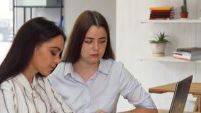 Due progettisti femminili che lavorano insieme ad un computer portatile archivi video
