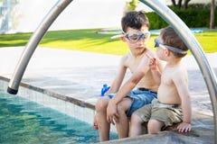 Due punti caucasici cinesi del bambino della corsa mista al fratello Wearing Swimming Goggles immagini stock libere da diritti