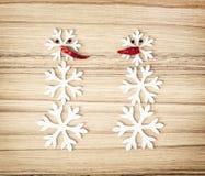Due pupazzi di neve fatti dei fiocchi della neve e dei peperoncini, simbolo della vittoria Fotografia Stock Libera da Diritti