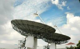 Due radiodiffusioni satelliti fotografia stock libera da diritti