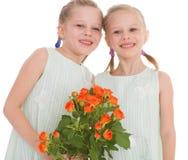 Due ragazze affascinanti con i mazzi delle rose. Immagini Stock Libere da Diritti