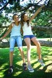 Due ragazze in albero Fotografia Stock