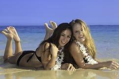 Due ragazze alla spiaggia Fotografia Stock Libera da Diritti