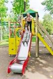Due ragazze attive sulla piattaforma della scuola materna Fotografie Stock