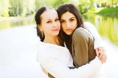 Due ragazze attraenti nella sosta Fotografie Stock