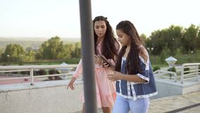 Due ragazze camminano nel parco che ha un buon umore 4K stock footage