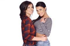 Due ragazze castane nella posa dell'abbigliamento casual Fotografie Stock Libere da Diritti
