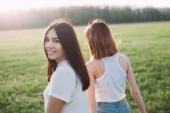 Due ragazze che camminano all'aperto Immagini Stock