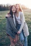Due ragazze che camminano all'aperto alla sera Fotografie Stock Libere da Diritti