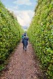Due ragazze che camminano lungo un labirinto Immagini Stock