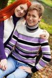 Due ragazze che camminano nel parco di autunno Immagini Stock