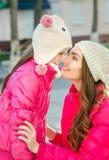 Due ragazze che camminano nella città Fotografia Stock