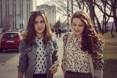 Due ragazze che camminano sulla via Fotografia Stock Libera da Diritti