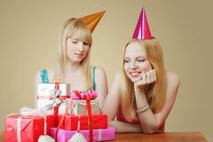 Due ragazze che celebrano compleanno Fotografia Stock
