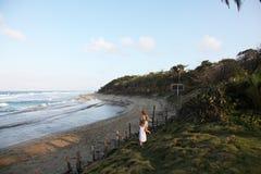 due ragazze che corrono all'oceano immagine stock libera da diritti
