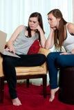 Due ragazze che esaminano una cima del rivestimento. Immagine Stock