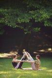 Due ragazze che fanno gli esercizi di yoga in parco Fotografie Stock