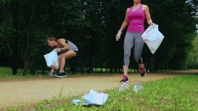 Due ragazze che fanno plogging archivi video