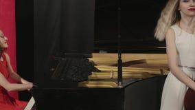 Due ragazze che giocano gli strumenti musicali Piano e contrabbasso archivi video