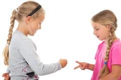 Due ragazze che giocano le forbici di carta della roccia Fotografia Stock