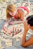 Due ragazze che giocano scacchi Fotografia Stock