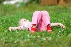 Due ragazze che giocano sull'erba verde Immagini Stock Libere da Diritti