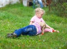 Due ragazze che giocano sull'erba verde Fotografia Stock