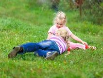 Due ragazze che giocano sull'erba verde Immagine Stock Libera da Diritti
