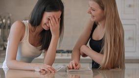 Due ragazze che leggono rivista di moda Fotografie Stock Libere da Diritti