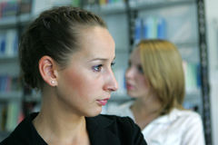 Due ragazze che osservano via Fotografie Stock