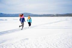 Due ragazze che pareggiano nell'inverno Immagini Stock