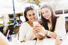 Due ragazze che parlano durante l'intervallo di pranzo Immagini Stock Libere da Diritti