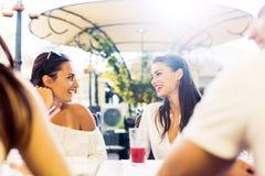 Due ragazze che parlano durante l'intervallo di pranzo Fotografie Stock Libere da Diritti