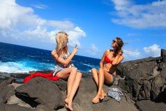 Due ragazze che prendono foto sulla spiaggia nelle vacanze estive e nel vacat Fotografia Stock Libera da Diritti