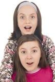 Due ragazze che sembrano sorprese Fotografie Stock Libere da Diritti