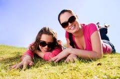 Due ragazze che si distendono in una sosta Fotografia Stock