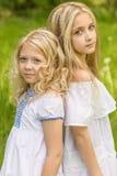 Due ragazze che si rilassano sulla natura di estate fotografie stock