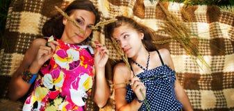 Due ragazze che si trovano sull'erba Fotografia Stock