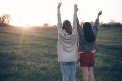 Due ragazze che spendono tempo all'aperto alla sera Fotografia Stock Libera da Diritti
