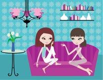 Due ragazze comunicano su un sofà Fotografia Stock