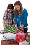 Due ragazze con acquisto Immagini Stock Libere da Diritti